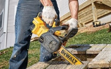 Compact battery-powered chainsaw